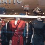 defi mannequin dans une vitrine defi insolite paris anniversaire evjf insolite