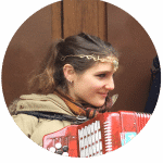 juliette-accordeoniste-montmartre-defi-insolite-anniversaire